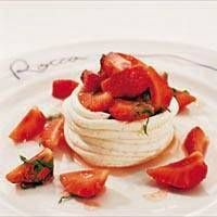 Marinoidut tuoreet mansikat mascarponejuuston kera on makoisa kesäherkku.