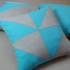 Coussin avec des triangles en lin naturel et coton turquoise
