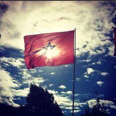 Ce drapeau rouge et vert qui nous unis tous...  Dima Maghrib ! Marocain et fier !!