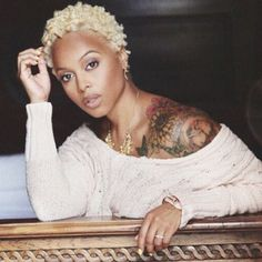 Chrisette Michele Goes Platinum Blonde With New Hair Color. Singer Chrisette Michele switched up her natural once again by dying it a very bold color for fall, Platinum Blonde! Blonde Twa, Short Blonde, Blonde Hair, Chrisette Michele, Blonder Afro, Jagua Henna, Curly Hair Styles, Natural Hair Styles, Art Visage