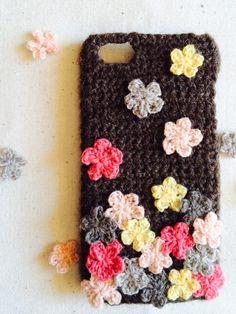 編みモチーフのお花がたっぷりでお花畑のようなiPhoneケースです。 毛糸素材なので、優しい風合いです!|ハンドメイド、手作り、手仕事品の通販・販売・購入ならCreema。