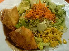 Samosa (fritierte Teigtaschen mit Kartoffeln, Erbsen und Cashwenüsse gefüllt) mit Salat At Casa Miracoli in Biel/Bienne https://www.swarmapp.com/bollibiel/checkin/5557a358498e879cf97699bc?s=oI3dUooiLjArHuwBjB687CNlapw&ref=tw