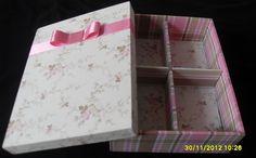 caixa com divisórias forrada com tecido xadrez e um delicado floral.