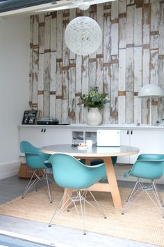 modern dining room with scrap wood wallpaper and blue eames chairs Interior Architecture, Interior And Exterior, Interior Design, Style At Home, Deco Turquoise, Decoracion Low Cost, Deco Retro, Nordic Home, Dining Room