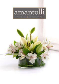 Centro de mesa en tonos blancos con lili y astroemelia en base de cristal. www.amantolli.mx