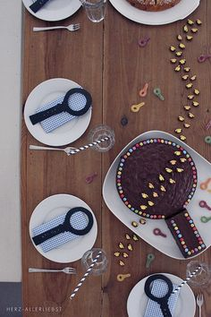 Detective party - perfect for a Nancy Drew or Harriet the Spy kid's birthday! Spy Birthday Parties, Superhero Birthday Party, Diy Birthday, Birthday Party Decorations, Geheimagenten Party, Detective Party, Water Games For Kids, Science Party, Kids Party Themes