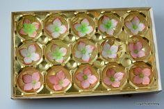 Sådan laver du en hortensia i fondant eller gum paste Fondant Flowers, Sugar Flowers, Fondant Tutorial, Diy Tutorial, Cake Decorating, Decorating Ideas, Hydrangea Flower, Dream Job, Fondant Cakes