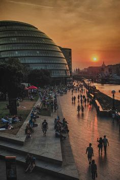 8pm - 'Sunset in London', by Scott Davies. | 24-Hour London Seen In 24 Striking Photos