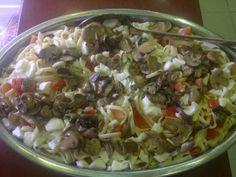 Ensalada de tallarines con huevo, tomate y champiñones