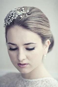 O make suave e coque clássico para um estilo romântico. Penteados despojados e maquiagem ousada para um look moderno. #Casamento #Noivas