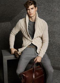 Massimo Dutti. Tendencia invierno 2015. Cardigan de lana en color natural, camiseta y pantalón en gris.