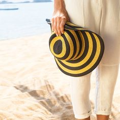 Chapéu listrado pra curtir o domingo em grande estilo!    #beach #altoverao #sunday #relax Compre pelo link do perfil