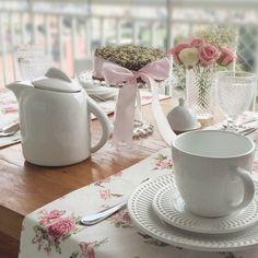 Uma maneira simples de pôr a mesa para o chá Party Centerpieces, Table Decorations, Breakfast Cafe, Tea Party Table, Tea And Books, Dinning Table, Deco Table, Fine Dining, Tea Set