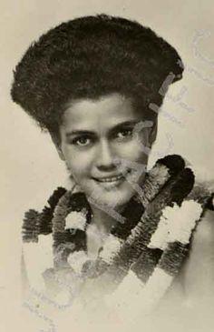 lauan woman sporting the triangular haircut popular in century fiji Fiji People, Tongan Culture, Ethiopian Beauty, Fiji Culture, Fiji Beach, Coloured People, African Diaspora, Beautiful Sunrise, Historical Pictures