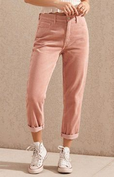 Give your casual style a retro-inspired feel with the Hibiscus Corduroy Mom Jeans by PacSun. Made from a corduroy fabric, these mom jeans feature a high-rise fit, body, pink wash, and a relaxed fit. Casual Chic, Style Casual, Smart Casual, Cute Spring Outfits, Trendy Outfits, Cute Outfits, 50s Outfits, Trendy Jeans, Outfit Jeans
