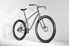 Bicycle manufacturer Paul Budnitz is known for his cool designs. The designer is now back with a high-end titanium bicycle, as with the span of time, people have understood the pedal power and have switched to eco friendly bicycles to cover short distance Street Bikes, Road Bikes, Cycling Bikes, Mountain Bike Shoes, Mountain Bicycle, Titanium Bike, Velo Vintage, Road Bike Women, Scooter Girl