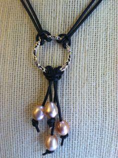 Rosa perla de agua dulce y collar de cuero con plata redondo colgante.  Cierre de perlas.  Longitud de 20 pulgadas con colgantes de 3 pulgadas.    Pendientes disponibles