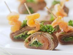 Rolled buckwheat crepes with salmon and wakame tartare easy and fast . Yummy Appetizers, Appetizers For Party, Fundraiser Food, Tapas, Buckwheat Crepes, Savory Crepes, Crepe Recipes, Snack, Baked Potato