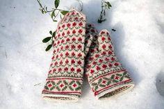 Puolukkamättäät -lapaset Knitted Mittens Pattern, Knit Mittens, Knitted Gloves, Knitting Socks, Motif Fair Isle, Tapestry Crochet Patterns, Sampler Quilts, Fingerless Mittens, Wrist Warmers