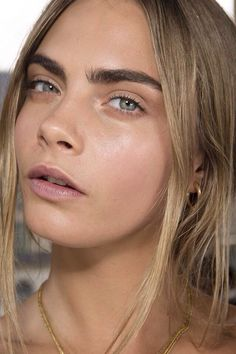 Love this natural look. And her brows, as usual are fantastic//  dewy
