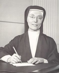 Dolores ( Seton High School, Baltimore) this is the only photo of the habit Christian Dior designed for the Sisters of Charity of St. I'd love to see it in entirety. Christian Dior, Christian World, Catholic Saints, Roman Catholic, Nun Outfit, Daughters Of Charity, Nuns Habits, Corporate Women, Silly Hats