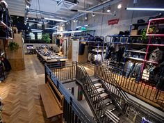 Amsterdams Levis store relies on reclaimed materials to create a working commercially strong environment. Visual Merchandising, Levis Store, Retail Store Design, Store Interiors, Branding Materials, Luxury Vinyl Tile, Retail Space, Design Furniture, Stone Flooring