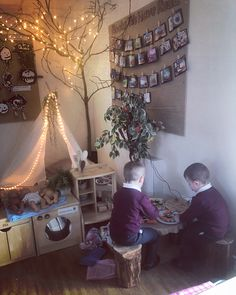 Preparing snack in the home corner 🏠🥕🥒 Reggio Emilia Classroom, Reggio Classroom, Classroom Layout, Classroom Displays, Classroom Decor, Home Corner Ideas Early Years, Curiosity Approach Eyfs, Reading Corner Classroom, Book Corner Eyfs