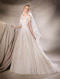 HEDA ist ein Brautkleid im Prinzessin-Stil mit dezentem Glanz aus Tüll und Spitze mit zartem Schmucksteinbesatz und Carmen-Ausschnitt
