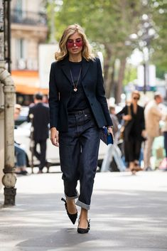 Styling inspiration: the 20 coolest jeans and blazer looks- Styling-Inspiration: Die 20 coolsten Jeans und Blazer-Looks Elegant: Raw denim pants for a dark blazer. Highlight, the red sunglasses. Blazer Jeans, Look Blazer, Denim Pants, Denim Shirts, Mens Fashion Week, Fashion Mode, Look Fashion, Womens Fashion, Fall Fashion