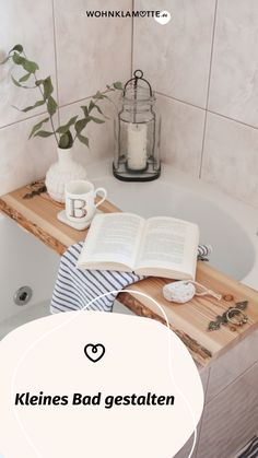 Wer sagt, dass ein kleines Bad nicht schick und gemütlich gestaltet werden kann? Avantgardistische Details, kräftige Farbakzente, platzsparende Gegenstände und ein paar Wellness-Utensilien helfen Dir dabei. So kannst Du mit wenigen Handgriffen Dein kleines Bad einrichten und in eine Wohlfühloase verwandeln. Mini Bad, Bath Caddy, Wellness, Dark Rooms, Small Baths, Handy Tips, Couple, Chic, Full Bath