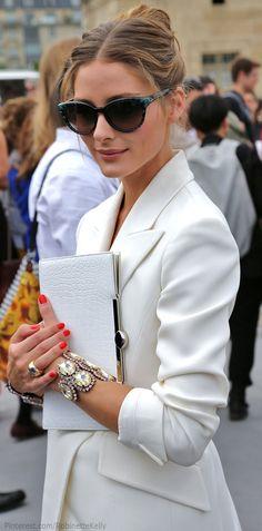 Inspirate con Olivia Palermo en este bello conjunto blanco + pop de color en sus uñas + y un brazalete que no pasa desapercibido.