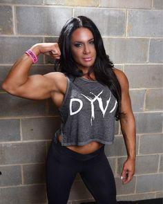 Bodybuilderin zeigt Bizeps | #muskeln #fbb