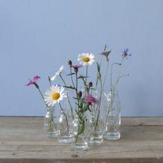 melkflesjes van helder glas. Leuk te combineren met andere kleine glazen vaasjes, ook mooi om een verzameling op een dienblad of in de vensterbank neer te zetten, van House Doctor
