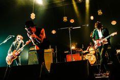 「Welcome![Alexandros]LIVE」なんばHatch公演での[Alexandros]とMasato(coldrain)によるセッションの様子。(Photo by KAZUKI WATANABE) Concert, Music, People, Musica, Musik, Concerts, Muziek, Music Activities, People Illustration