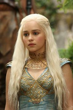 Beautiful Emilia Clarke plays hot blonde khaleesi, Daenerys Targaryen, mother of dragons in the HBO series Game of Thrones. Clarke Game Of Thrones, Game Of Thrones Facts, Game Of Thrones Tv, Game Of Thrones Funny, Game Of Thrones Khaleesi, Khaleesi Hair, Game Of Thrones Dress, Game Of Thrones Characters, Emilia Clarke Daenerys Targaryen