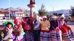 PROTAGONISTAS-  Niñas de la etnia cabana con sus sombreros caracteristicos y trajes multicolores en la fuente de Yanque- Arequipa Perù