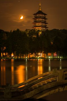 West Lake Day 1 Moon Setting behind Leifeng Ta in Hangzhou #China #Travel #Photography