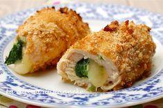 Questi gustosi e filanti involtini di pollo con spinaci sono cotti nel forno, a temperatura alta e in una decina di minuti. Un secondo sfizioso, ma leggero!