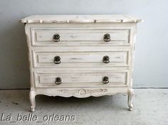 In love: country chic/shabby chic dresser Shabby Chic Français, Shabby Chic Interiors, Shabby Chic Homes, French Provincial Furniture, French Country Furniture, Decoration Shabby, Dresser Refinish, Shabby Chic Bedroom Furniture, Vintage Sofa