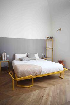 UdA architetti Bari chambre meubles dessinés sur mesure lit metal jaune