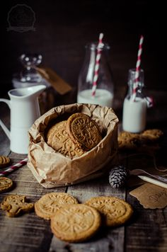 Food Rings Ideas & Inspirations 2017 – DISCOVER Revelando Sabores: Galletas de jengibre (Ginger cookies) Discovred by : Miho Hiramatsu Ginger Bread Cookies Recipe, Ginger Cookies, Cookie Recipes, Café Chocolate, Dark Food Photography, Christmas Food Photography, Snacks, Cookies Et Biscuits, Milk Cookies