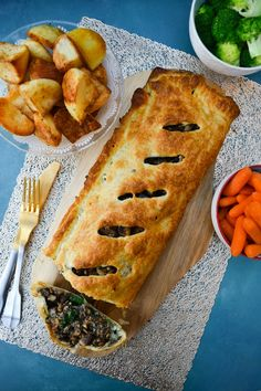 Mushroom, Lentil & Nut Wellington sliced and served with bowls of roast potatoes, carrots and broccoli Best Christmas Dinner Recipes, Vegetarian Christmas Recipes, Veggie Christmas, Vegan Thanksgiving, Vegetarian Recipes Easy, Holiday Recipes, Cooking Recipes, Snacks Recipes, Potato Recipes