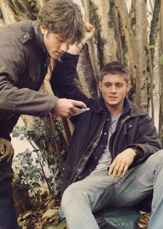 Early season 1 photo of Jared and Jensen. Love, so much of it, especially the hand being pinned and Jared's still looking up his lines, lol!