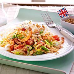Reisnudeln mit ganz viel Drum und Dran: Asia Noodles mit Erdnusssoße und Garnelen