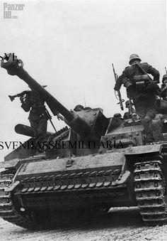 https://flic.kr/p/FEMuVS | Sturmgeschütz III für Sturmkanone 40 (L/48) mit Zimmeritbeschichtung und Seitenschürzen (Sd.Kfz. 142/1) Ausf. G | Panzer-Grenadiere getting on StuG III.  ________ The Panzer Pictures Database | @PanzerDB (Twitter) | panzerdb.com