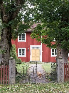 The owners of this beautiful Swedish home are not ashamed to admit that they live in the countryside. From the outside, this is a classic Scandinavian ✌Pufikhomes - source of home inspiration Scandinavian Cottage, Swedish Cottage, Swedish Decor, Cottage Style, Cottage Chic, Beautiful Interiors, Beautiful Homes, Apartment Therapy, Gates And Railings