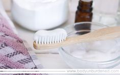 Looking to polish up those teeth naturally? This all-natural DIY teeth whitening paste is made with Seeking to polish up those teeth naturally? This all-natural DIY teeth whitening paste is manufactured with just 3 ingredients and works like a charm! Teeth Whitening That Works, Activated Charcoal Teeth Whitening, Teeth Whitening Remedies, Natural Teeth Whitening, Whitening Kit, Charcoal Toothpaste, Make Teeth Whiter, Natural Toothpaste, Stained Teeth