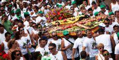 スペイン領カナリア(Canary)諸島のテネリフェ(Tenerife)島にある町テヒーナ(Tejina)で25日、100年続く伝統の祭りが行われた。人々は、花や果物、トルタと呼ばれるケーキなどで飾られた「テヒーナのハート」の周りに集まり、守護聖人である聖バルトロマイ(St Bartholomew)の日を祝った(2013年8月25日撮影)。(c)AFP/DESIREE MARTIN ▼27Aug2013AFP|ハート型のみこし担ぐ守護聖人の祭り、スペイン・カナリア諸島 http://www.afpbb.com/articles/-/2964304?pid=11246466
