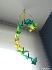 Paso a paso para hacer un móvil colgante con grullas de papel de origami.