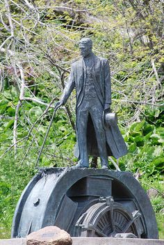 Nikola Tesla Secret is something new that promises to reveal to you how to make a product to be able to collect 100 % free electrical power from radio waves and also the environment. http://netzeroguide.com/tesla-secret.html Estátua de Nikola Tesla